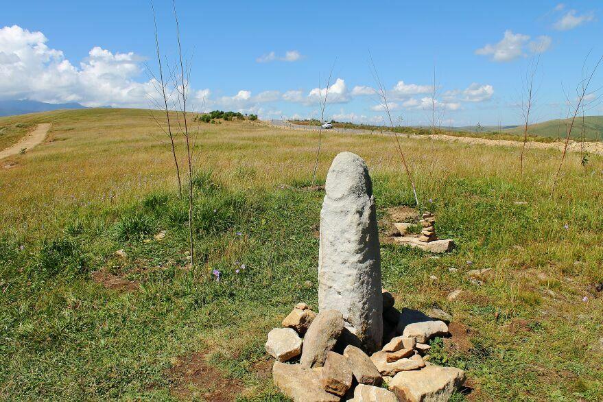 Приэльбрусье, Джилы - Су, Горы Кавказа, фото. менгиры